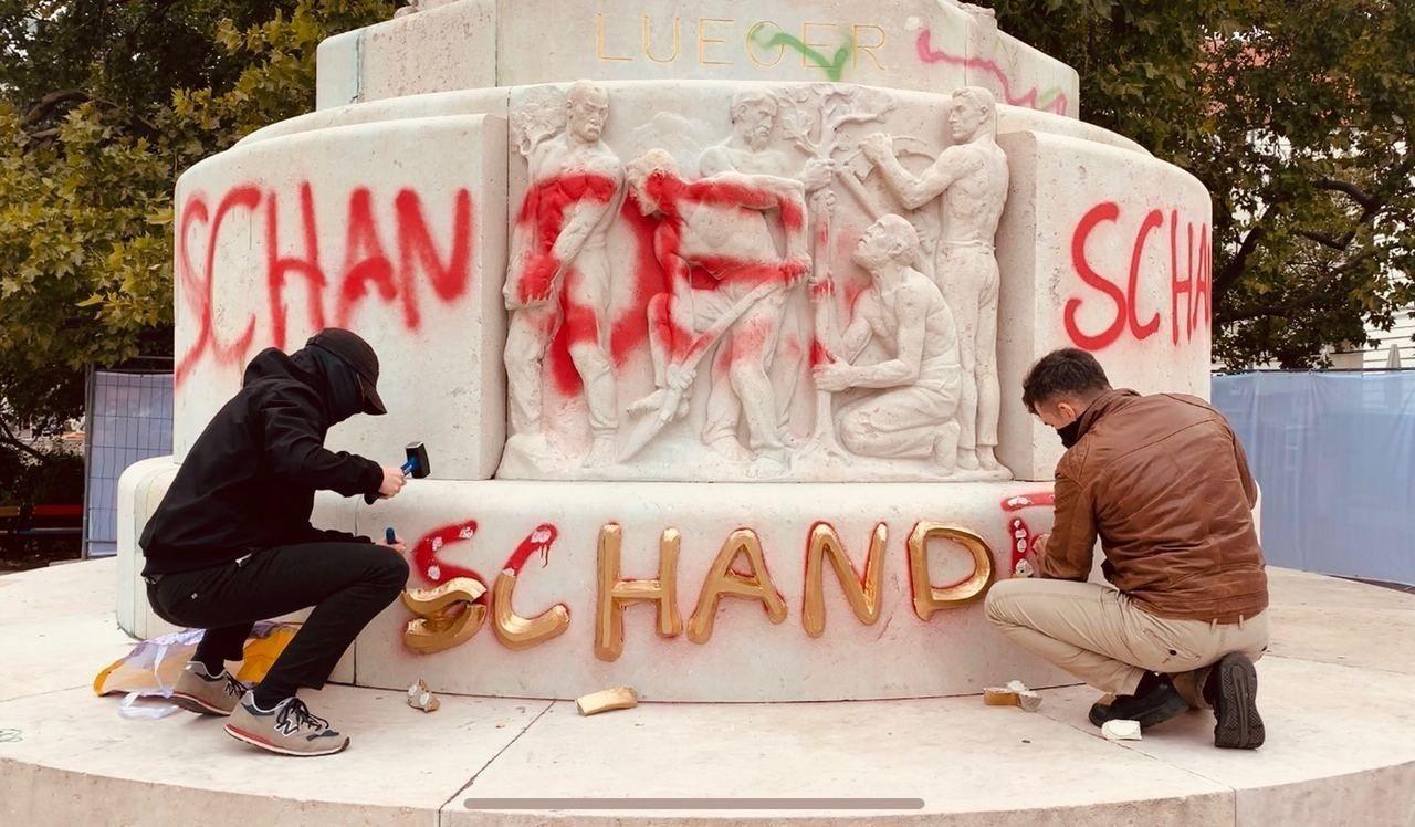 Правые активисты очищают памятники после антифа в Вене