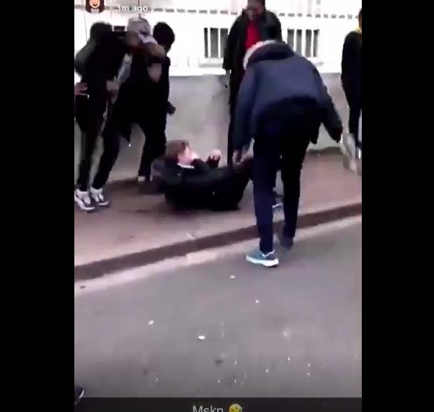 Негры-расисты во Франции толпой избили белого одноклассника