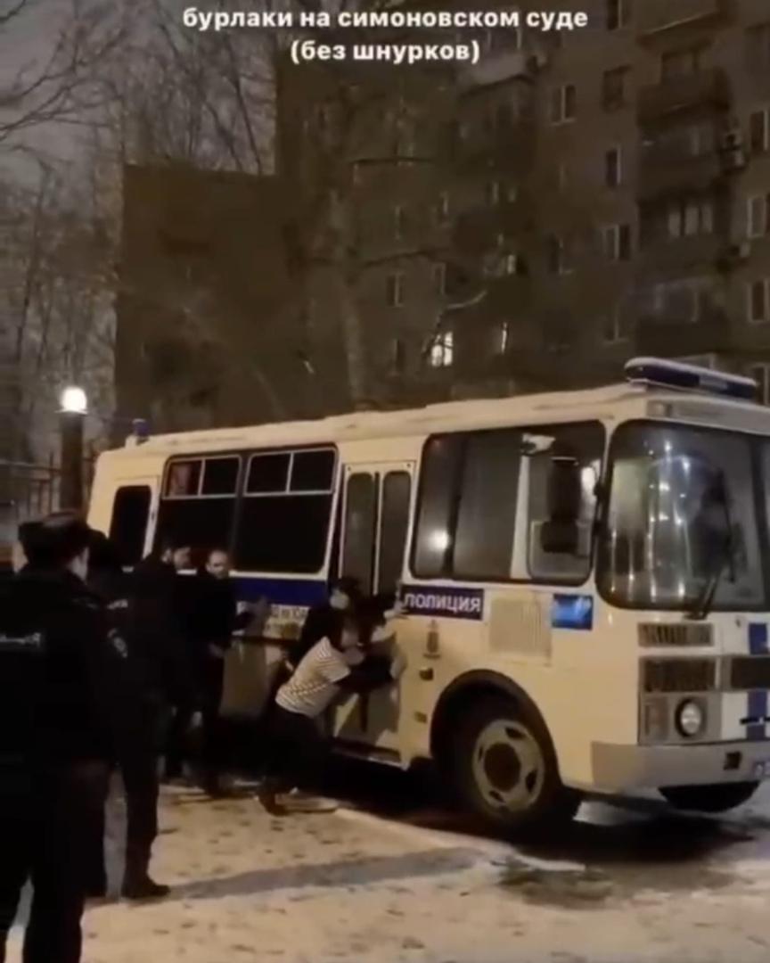 Задержанные толкали заглохнувший автозак