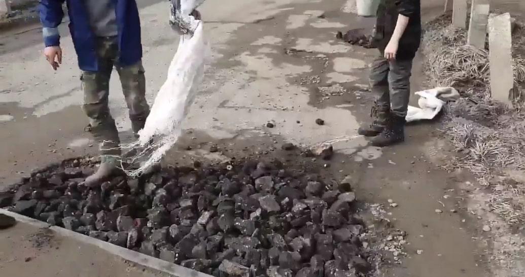 Подростки в Брянске отремонтировали дорогу