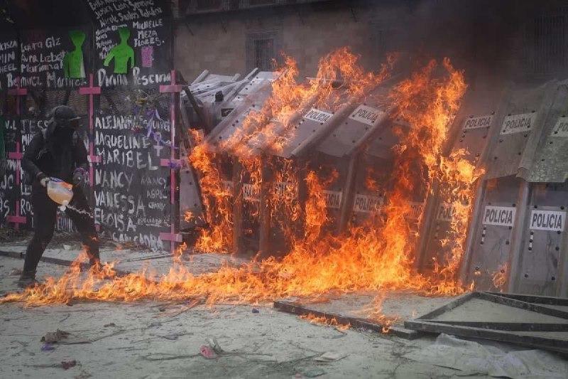 Феминистки применили насилие в акции против насилия
