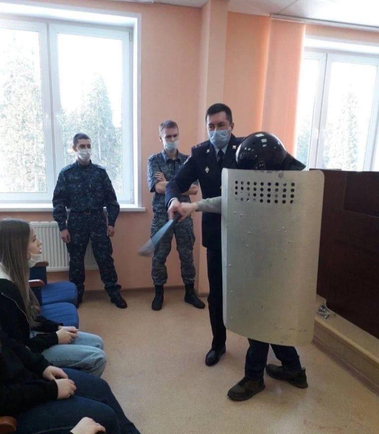 Семиклассников учили бить протестующих